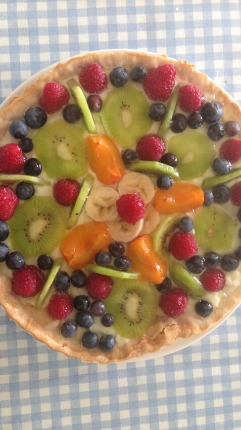 Large tart with mixed fuits and vanilla pudding